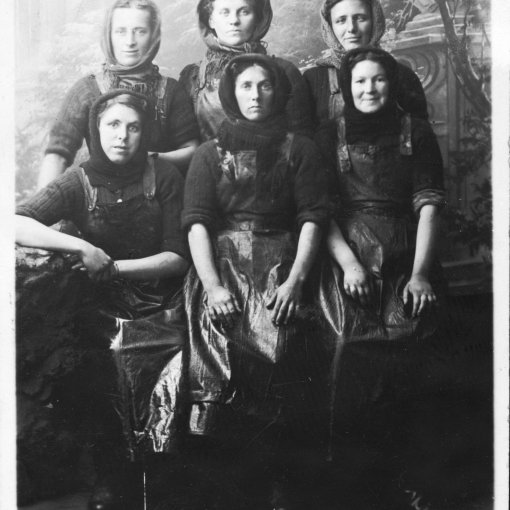 Studio Portrait of Five Herring Lasses, Yarmouth