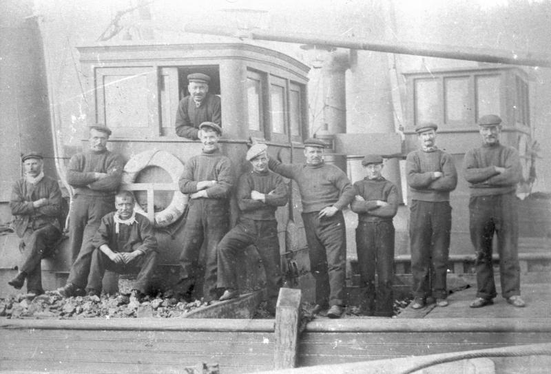 Crew of 'Camellia', KY143, c.1920s